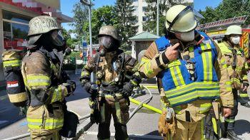Trupp unter Atemschutz nach Löscharbeiten