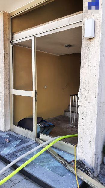 Durch die Wucht der Explosion wurden die Haustüren völlig zerstört